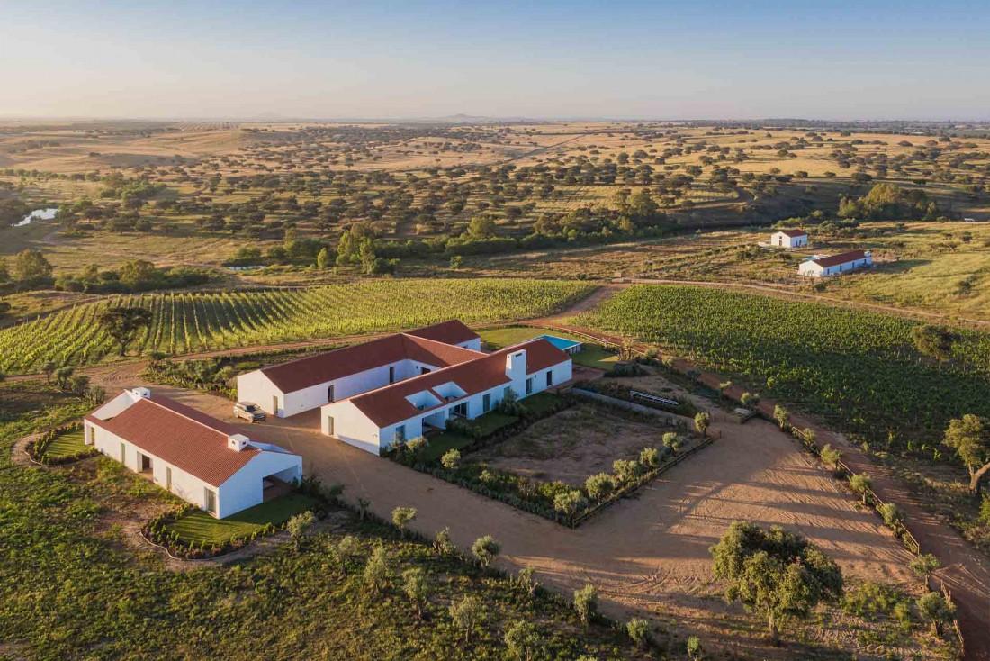 Dans les plaines sauvages de l'Alentejo, Malhadinha Nova, au milieu d'un vaste domaine de 450 hectares de vignes et de verger © Frédéric Ducout