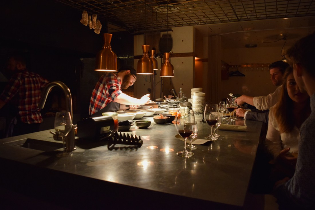 Chez Ekstedt, le dressage des assiettes se fait sur un vaste  comptoir, devant quelques hôtes installés aux premières loges | © Yonder.fr