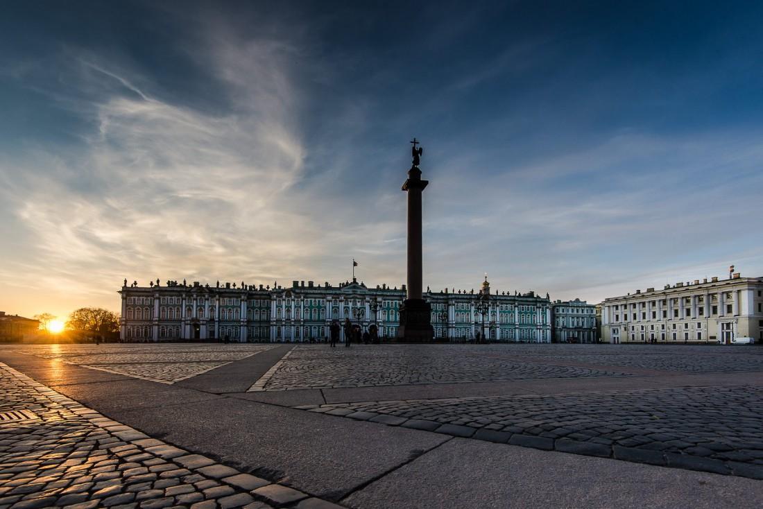 La Place du Palais à Saint-Pétersbourg : c'est ici que se trouve le Palais d'Hiver, siège du Musée de l'Ermitage   © ##Gregory Kutuzov@@https://500px.com/barlo