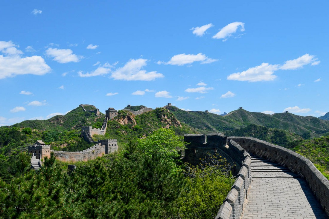 La muraille de Jinshanling construite en 1570 serpente entre les cimes. © Pierre Gunther / YONDER.fr