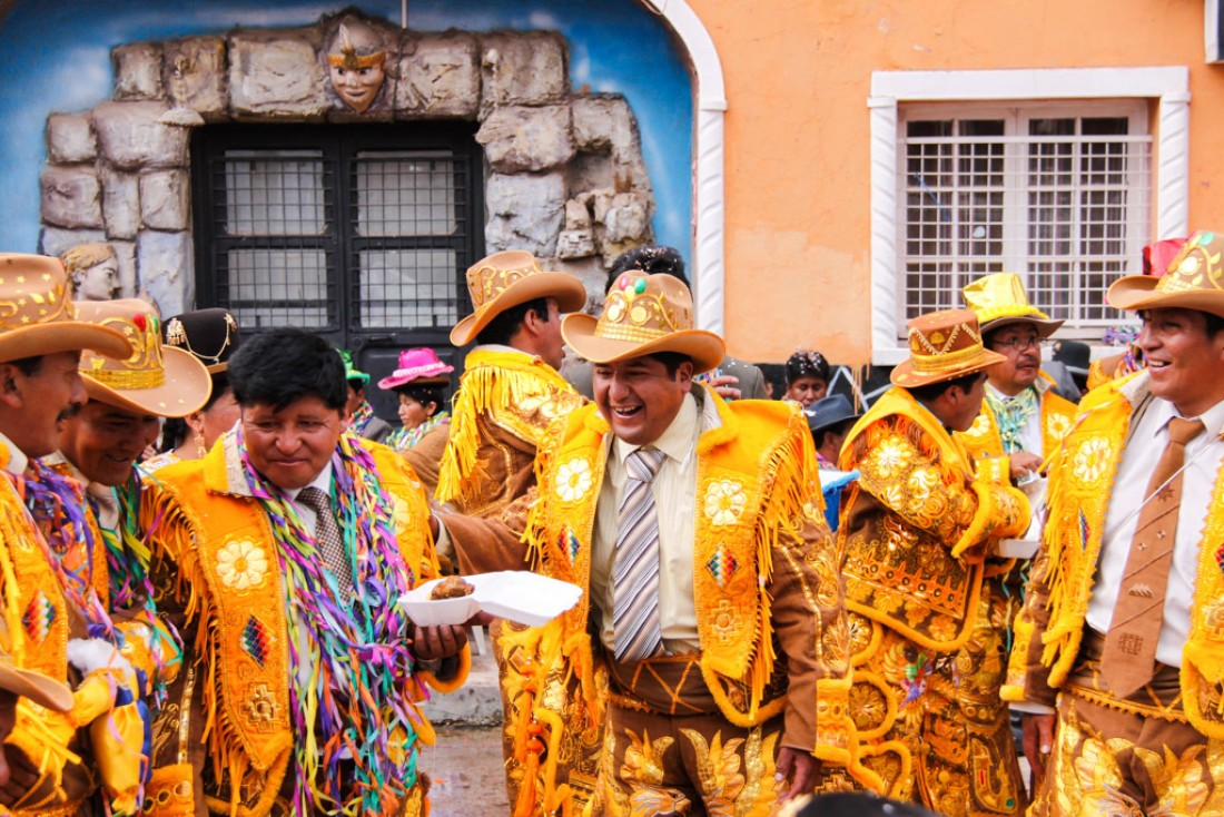Hommes dansant et mangeant. Carnaval de Copacabana, Bolivie © Cédric Aubert