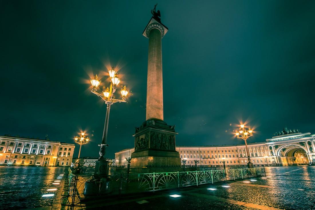 La colonne d'Alexandre sur la Place du Palais   © ##Gregory Kutuzov@@https://500px.com/barlo