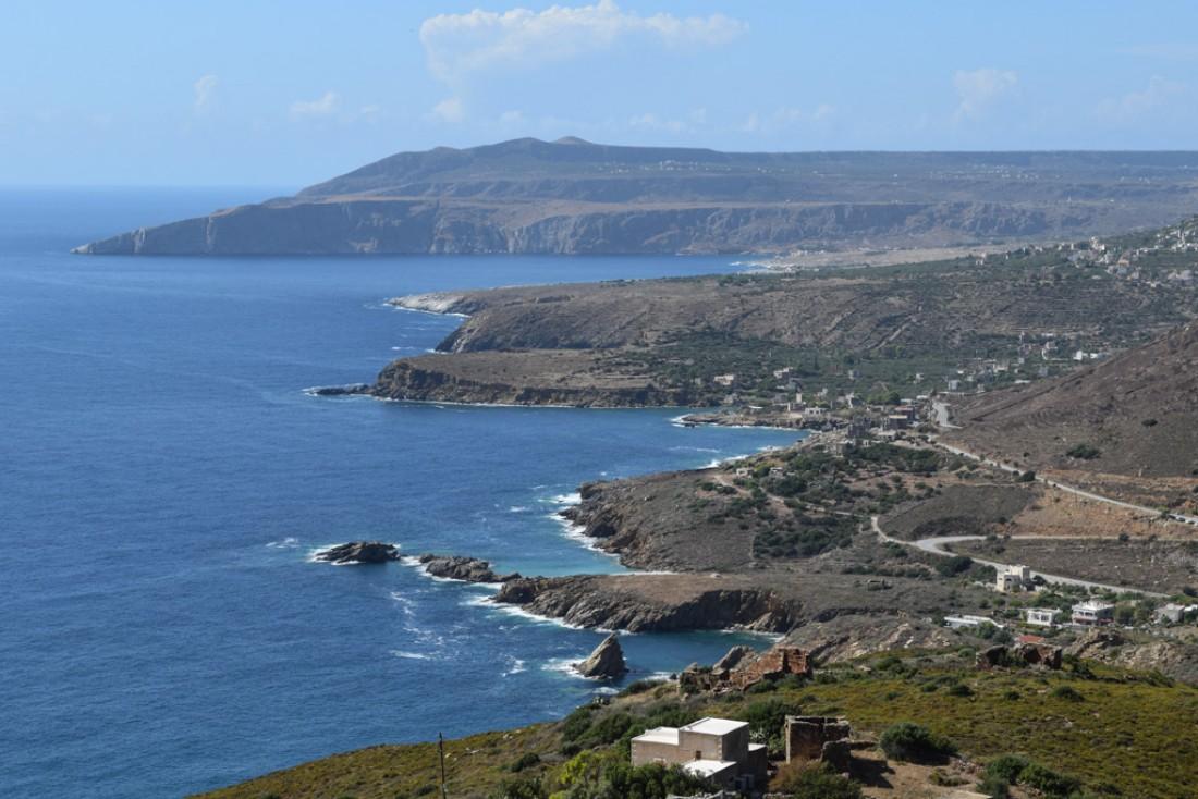 La côte se découpe de manière spectaculaire depuis la route entre Vathia et Marmari © Yonder.fr