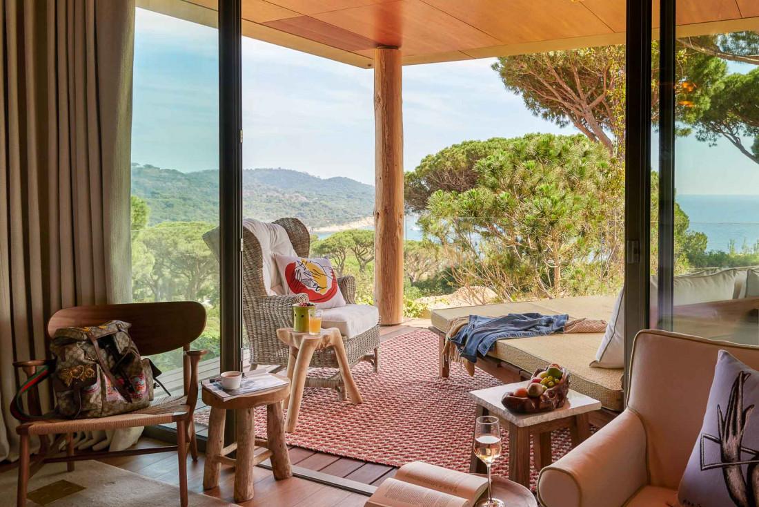L'une des chambres de l'hôtel, face à la verdure © DR