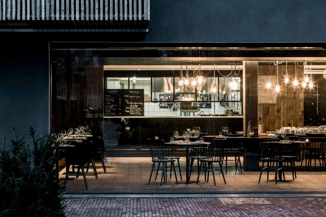 À l'Hôtel Louvre Lens, de grandes baies vitrées ouvrent la salle du restaurant Le Galipot sur les jardins ouvriers remaniés © Gilles Trillard