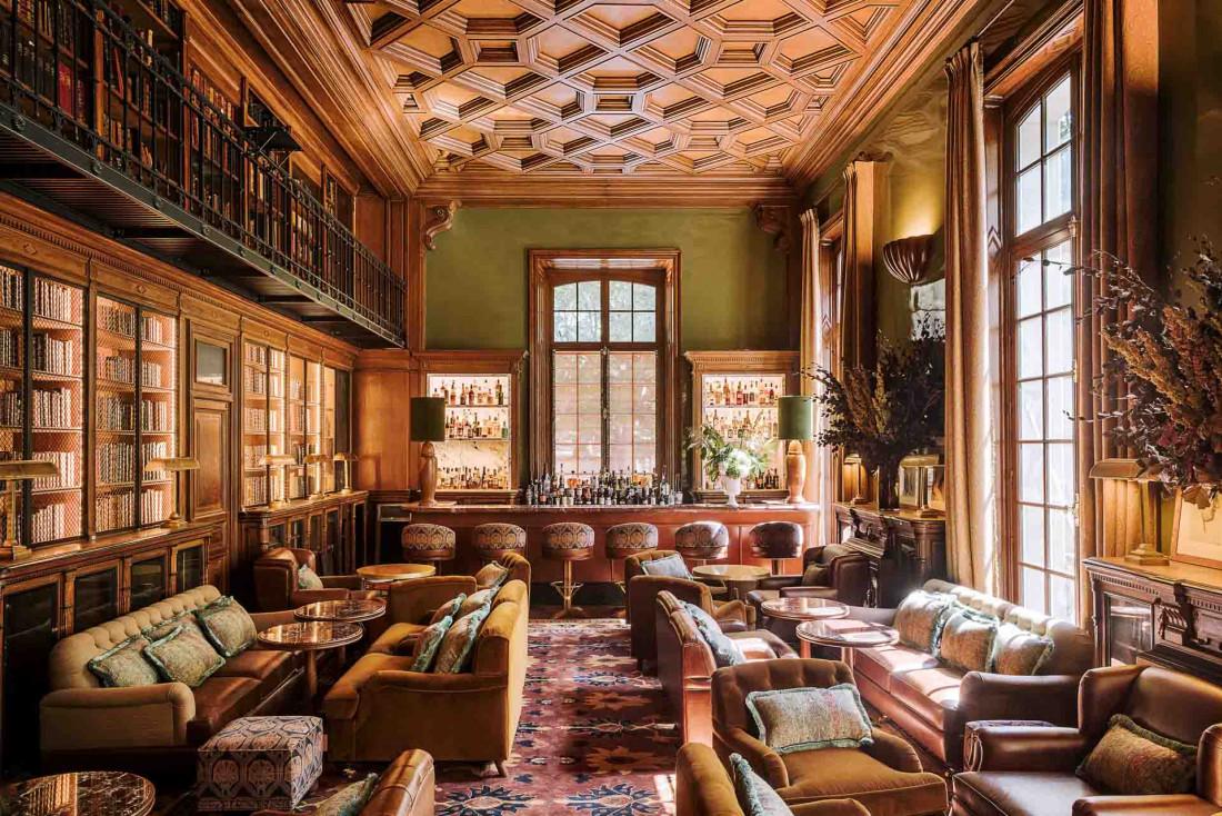 Le splendide bar-bibliothèque du Saint James et ses 12,000 ouvrages n'a rien perdu de son cachet © Matthieu Salvaing