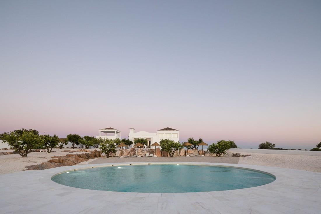 La piscine circulaire rafraîchit les corps et témoigne de l'importance de l'eau dans cette région agricole aride © DR