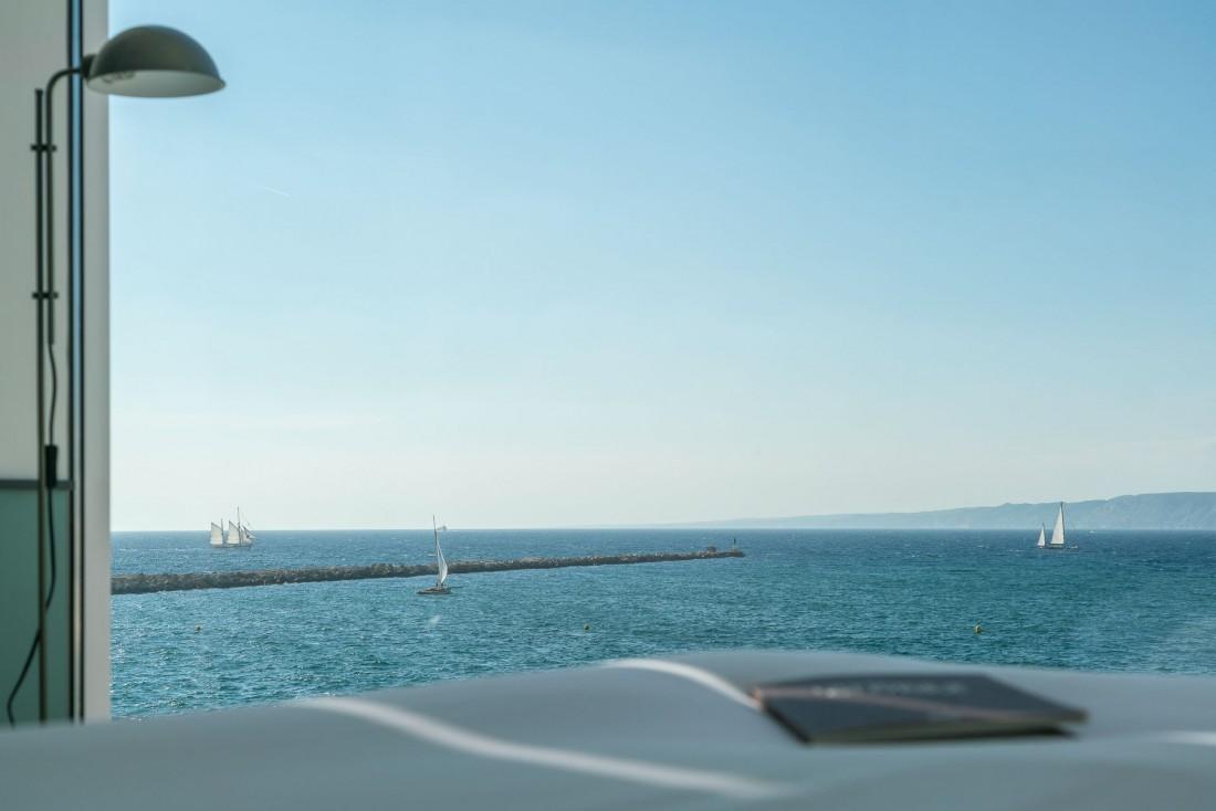 Le bâtiment à fleur d'eau ouvre sur la mer, le ballet des voiliers et les îles du Frioul qui se découpent à l'horizon © DR