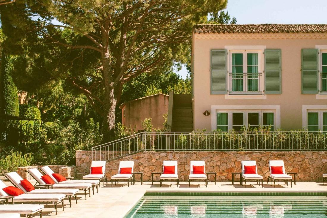 La piscine de Lou Pinet à Saint-Tropez est tranquillement installée entre les pins © Matthieu Salvaing