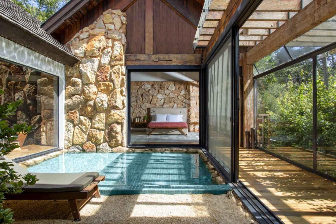 Matériaux locaux et grands murs vitrés permettent au Six Senses Botanique de s'intégrer au paysage © Six Senses