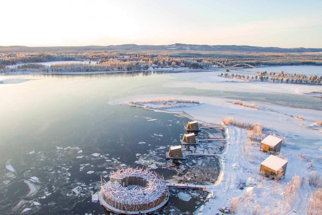 L'Arctic Bath flotte sur la rivière Lule, prise par les glaces en hiver © Anders Blomqvist