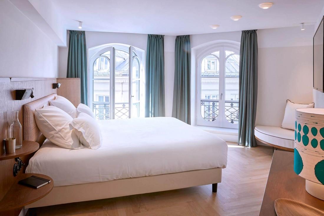 Les chambres de l'Hôtel du Sentier sont sobres et baignées de lumières, avec vue la place ou le passage du Caire © Philippe Garcia