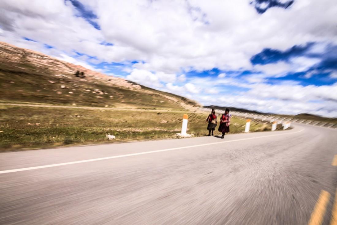 30.Femmes croisées sur le bord de la route, entre modernité et traditions. © Cédric Aubert
