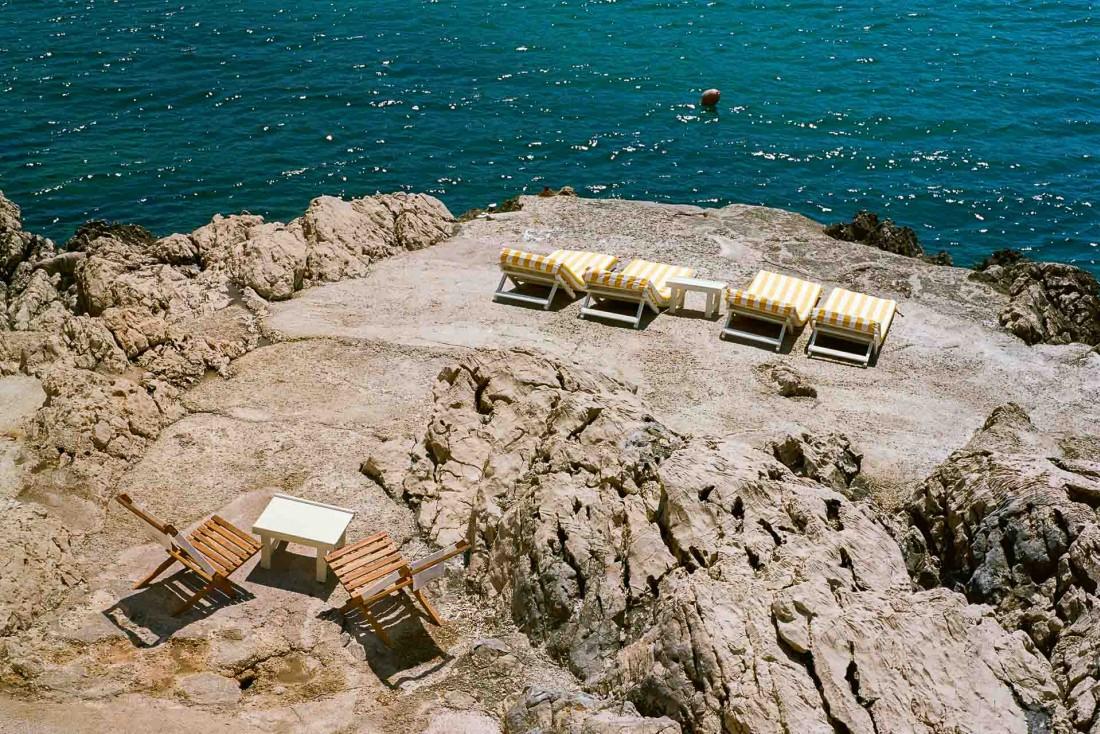Le Tuba a posé ses transats sur les rochers, face aux Calanques de Marseille © Juliette Abitbol-Edouard Sanville