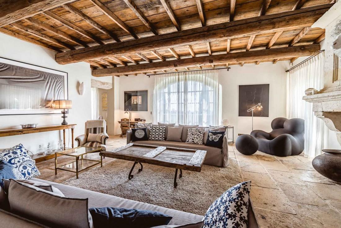 Le salon du mas privatisable mêle mobilier vintage de grand designers et touches contemporaines © Yoan Chevojon