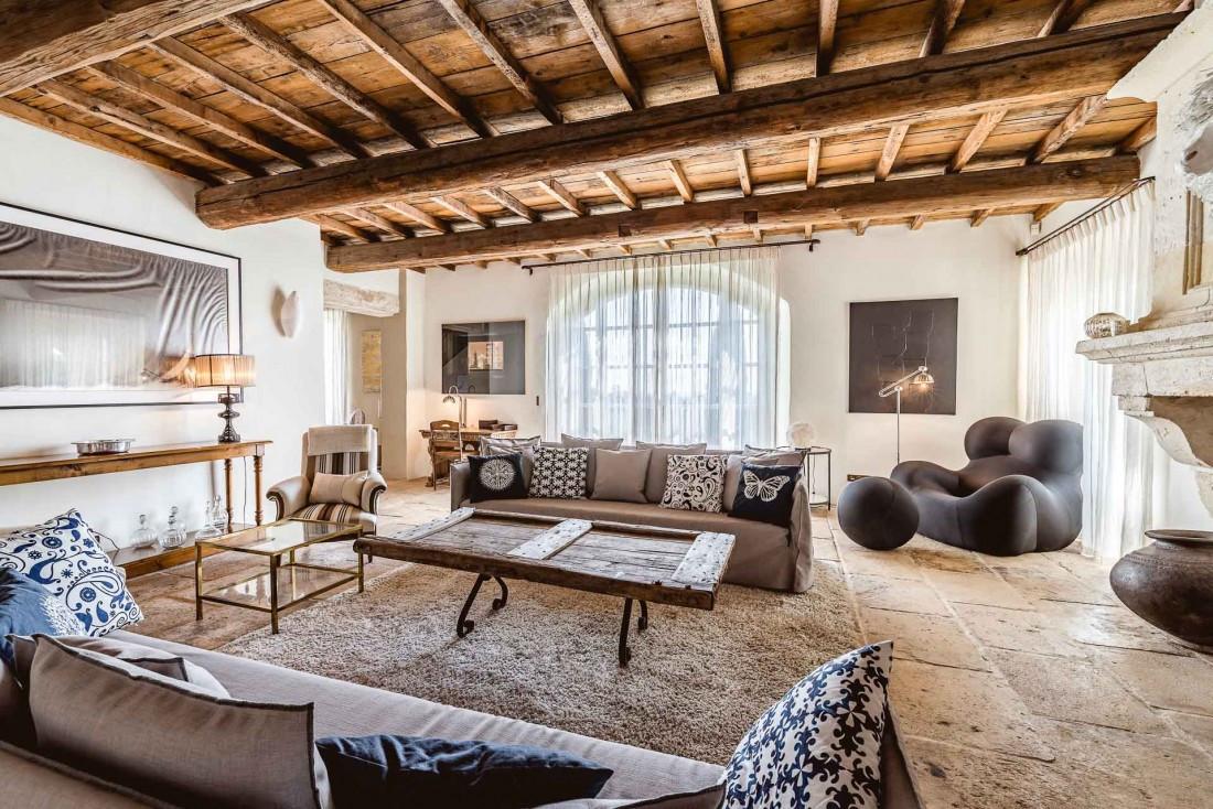 Le salon du mas privatisable du Hameau des Baux mêle mobilier vintage de grand designers et touches contemporaines © Yoan Chevojon