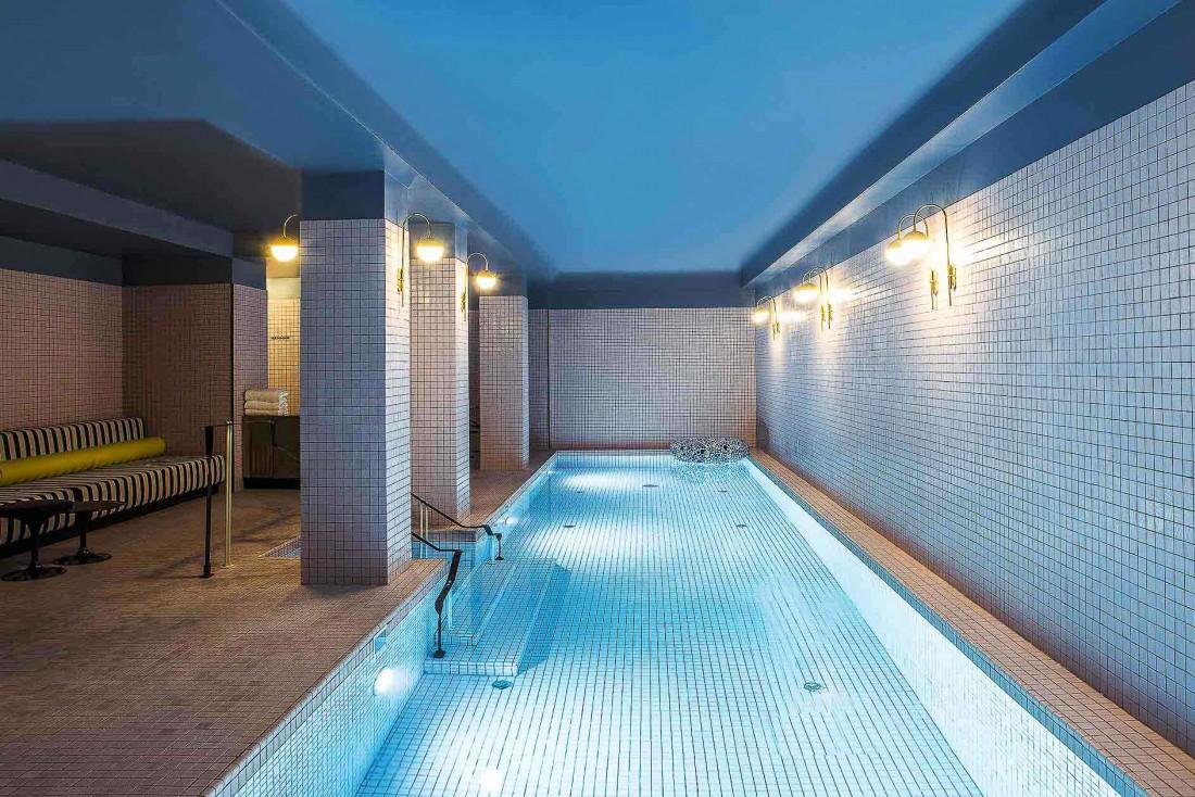 La grande piscine de l'Hôtel du Rond-Point des Champs-Elysées © Gilles Trillard.
