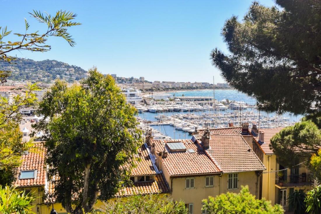 Vue sur Cannes, le Vieux-Port et La Croisette depuis le Suquet © Yonder.fr