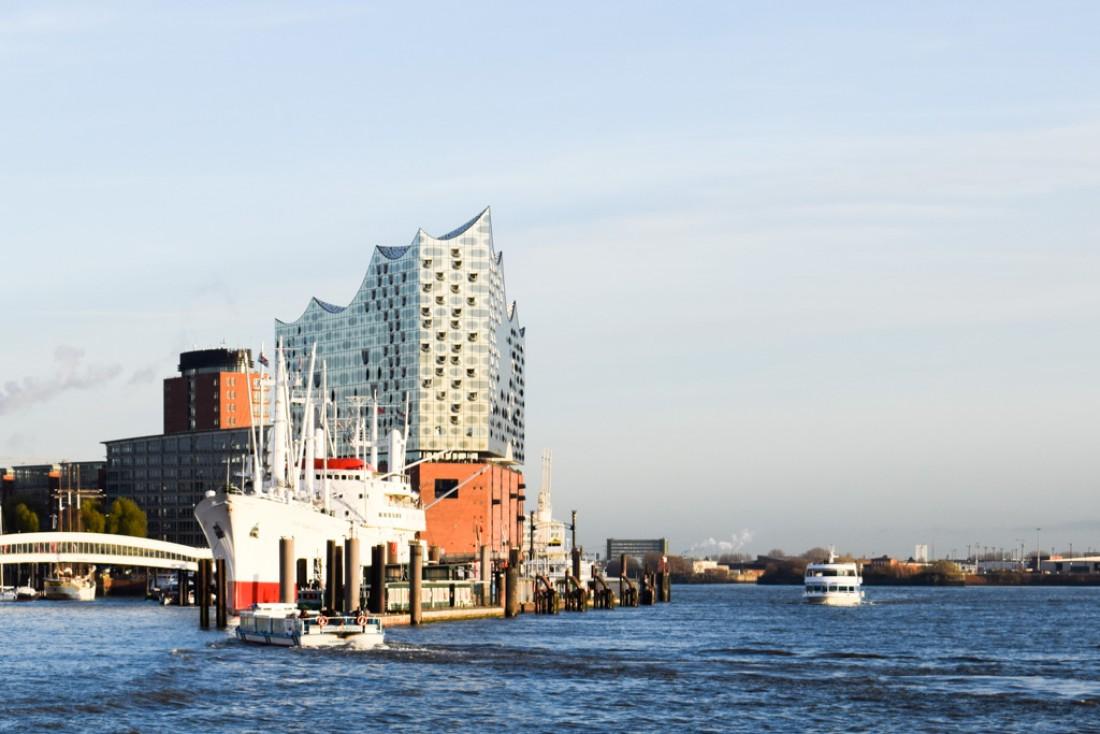 Depuis un bateau naviguant sur l'Elbe, on aperçoit la nouvelle Elbphiharmonie, promise à devenir le symbole de la ville © YONDER.fr