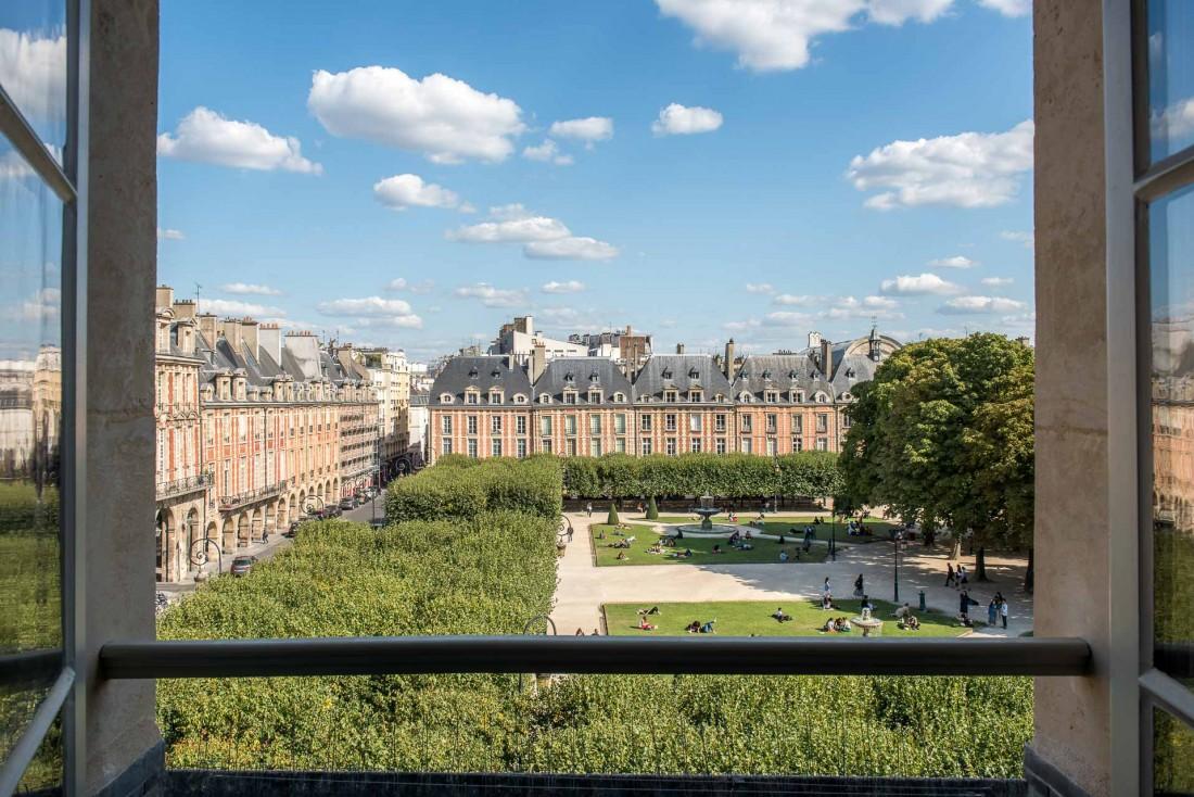 Vue sur la place des Vosges depuis la chambre 301 (Deluxe) de l'hôtel Cour des Vosges © Guillaume de Laubier