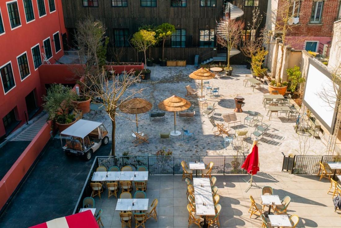 Au cœur du MOB Hotel Paris Les Puces (sur la commune de Saint-Ouen), une vaste cour-jardin pour chiller, regarder un film, manger dans un food truck où jardiner © Bruno Comtesse