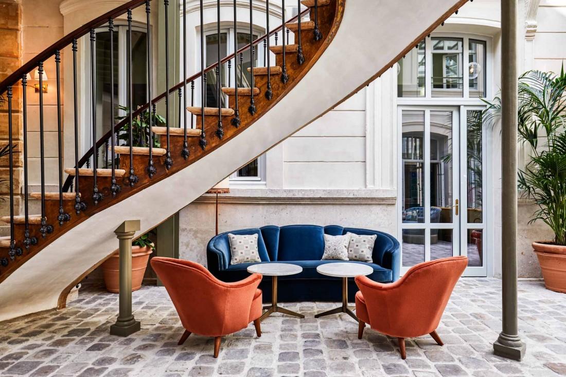 Sous un splendide escalier en spirale du XVIIIème siècle dans le lobby, des sofas colorés © Alan Jensen