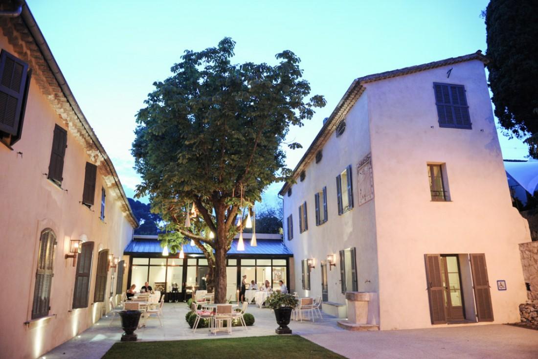 L'entrée et la terrasse de la Villa Archange, le restaurant gastronomique de Bruno Oger au Cannet © Bastide Bruno Oger