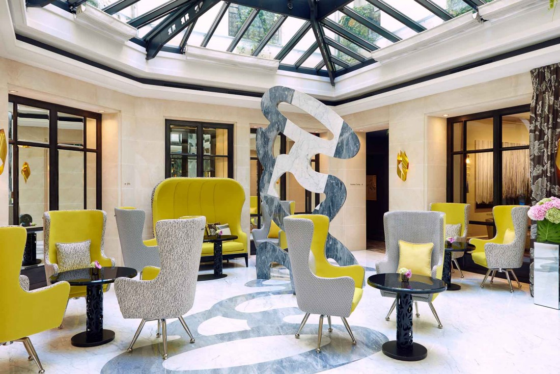 Décor contemporain sous la verrière du Burgundy Paris, au cœur de l'hôtel © Le Burgundy