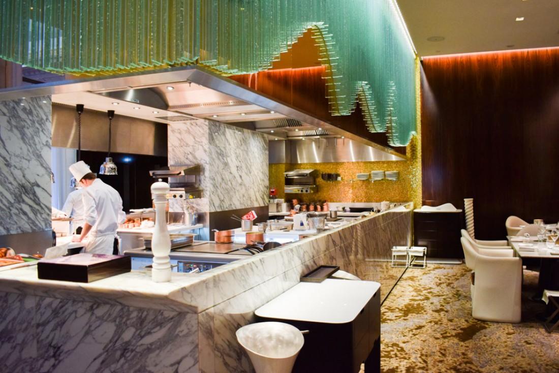 La Scène, au Prince de Galles, dispose de l'une des plus belles cuisines ouvertes de Paris © YONDER.fr