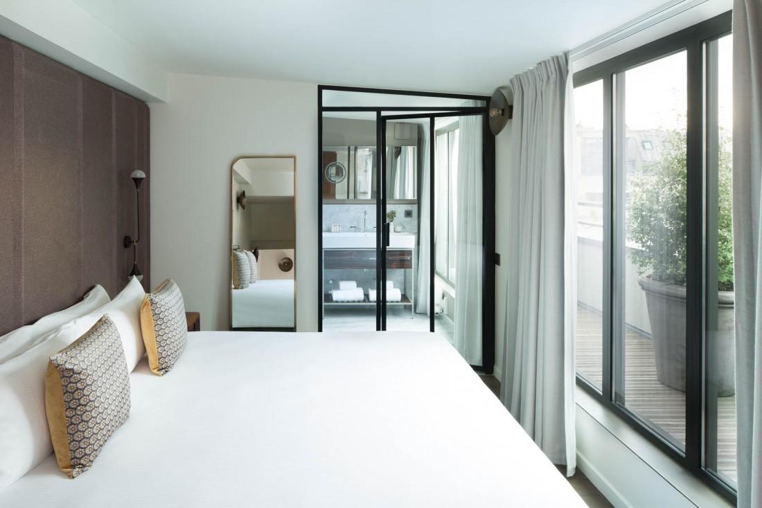 De nombreuses chambres de la Maison Bréguet sont très lumineuses, grâce à de grandes baies vitrées © Christophe Biesla