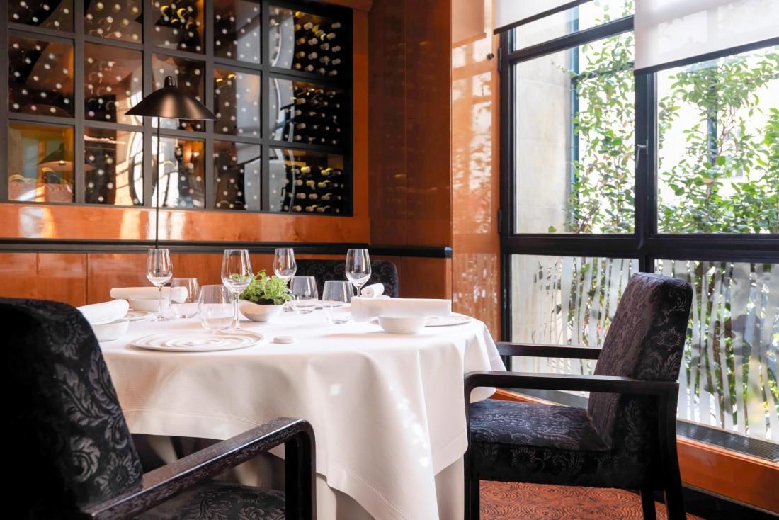 Décor intemporel dans la salle à manger du Restaurant Pierre Gagnaire © Thomas Duval