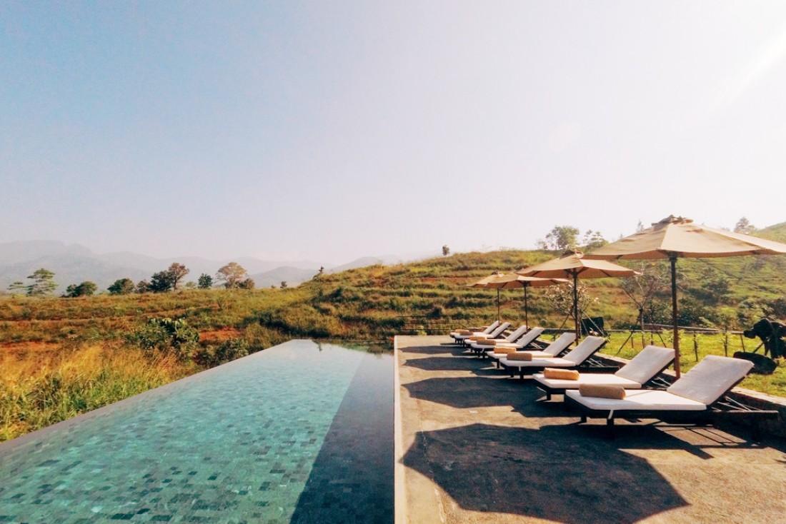 Détente au bord de la piscine du Santani au Sri Lanka © Constance Lugger