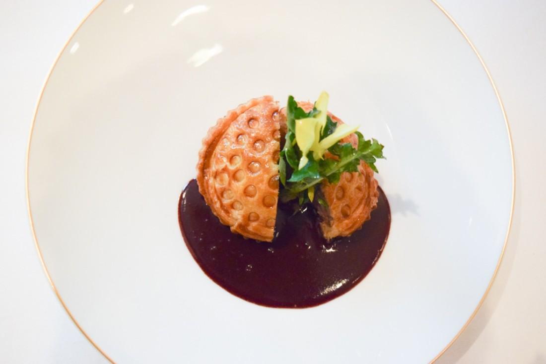La tourte feuilletée de canard, sauce rouennaise : un plat inspiré de l'héritage gastronomique traditionnel du Taillevent © Yonder.fr