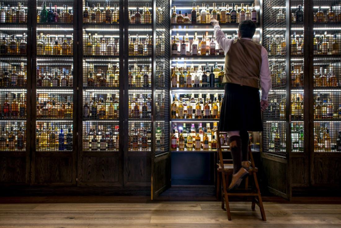 À l'intérieur du bar à whisky de l'hôtel, Scotch © Rocco Forte Hotel