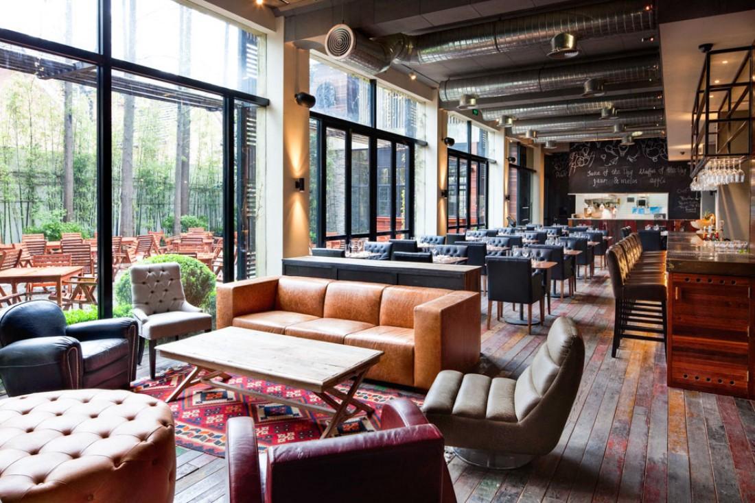 Au rez-de-chaussée, un vaste espace ouvert sur la cour intérieure accueille les hôtes à l'heure du petit-déjeuner © URBN
