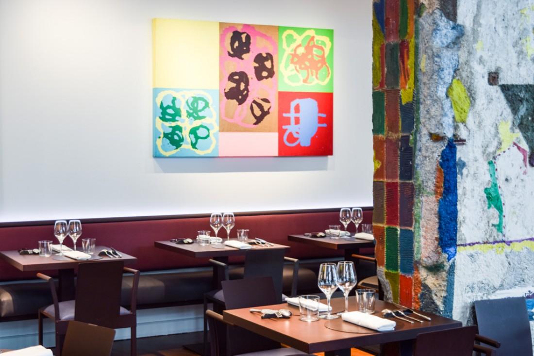 Dans la salle du restaurant, des oeuvres d'art et un décor parfois brut comme avec cette colonne, héritée du lieu tel qu'il existait avant © Yonder.fr