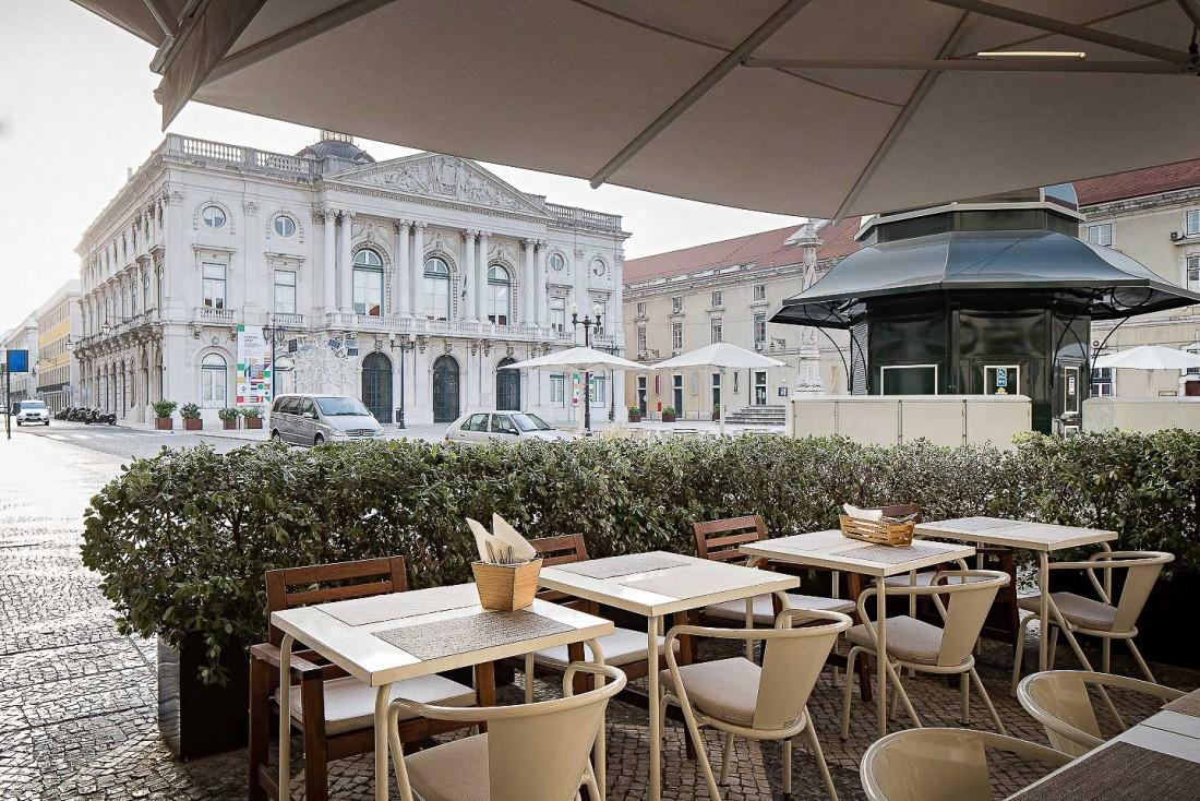 La terrasse de l'Hôtel Alma/Lusa à Lisbonne, typique des cafés traditionnels. © DR