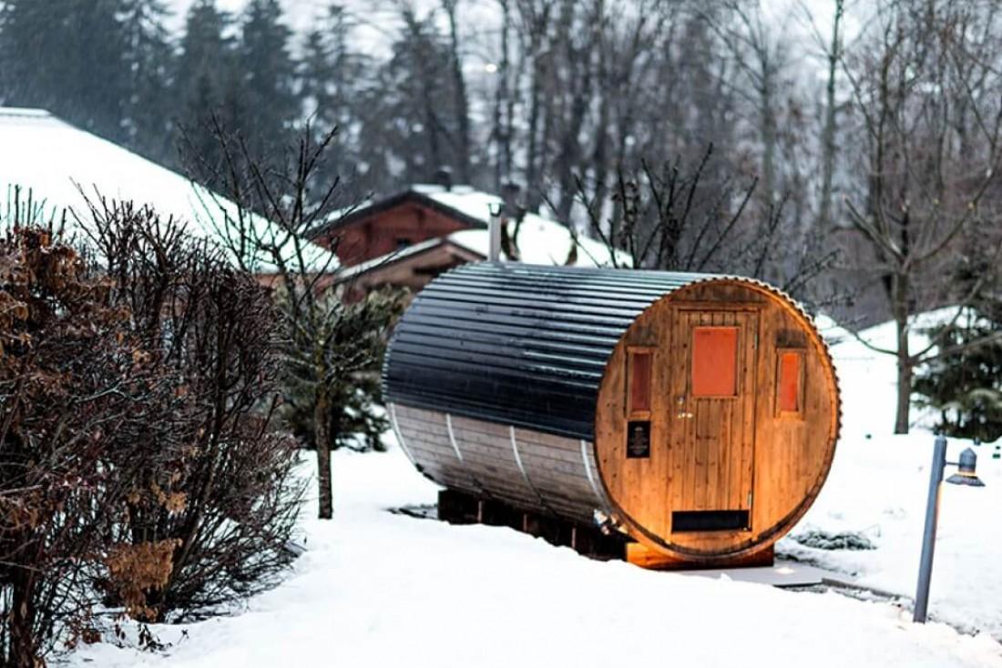 Le sauna de l'hôtel Alpaga en extérieur, qui permet de se rouler directement dans la neige © Alpaga - Compagnie des Hôtels d'En Haut