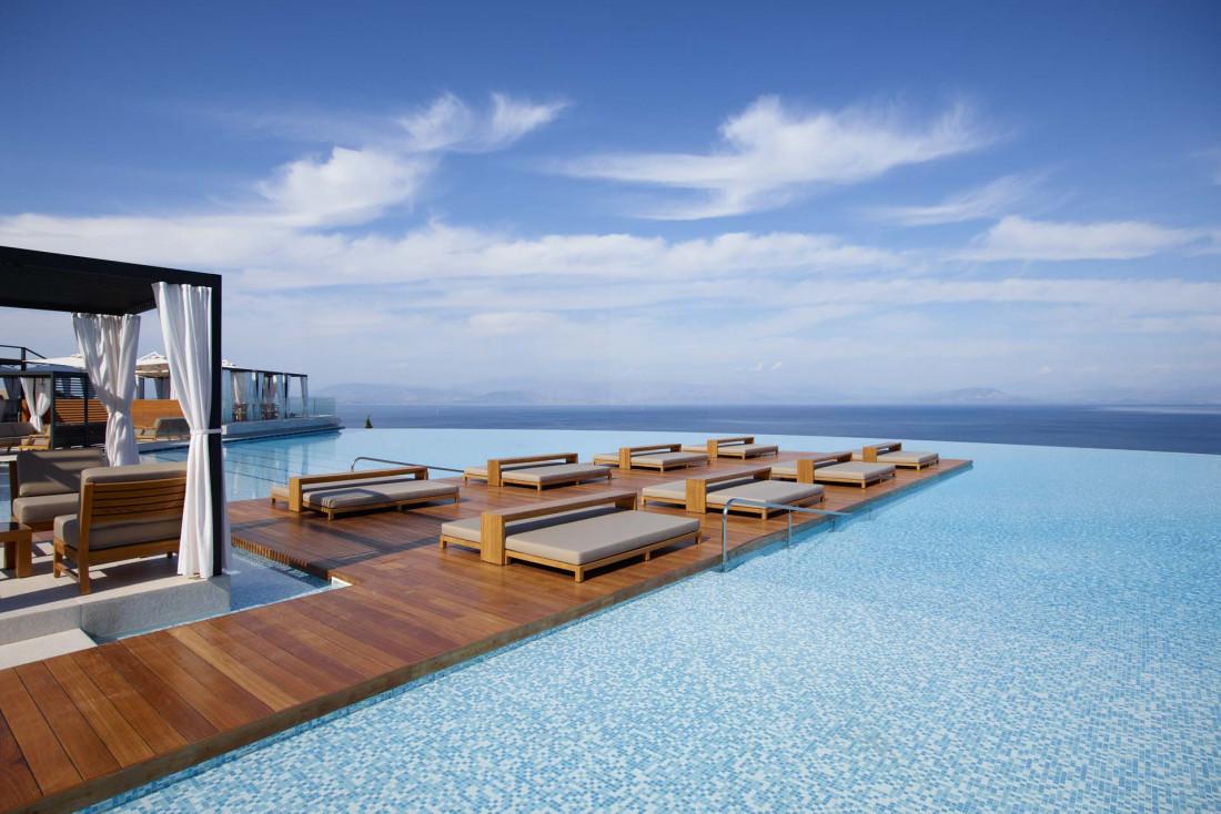 La piscine à débordement de l'Angsana Corfou © Angsana