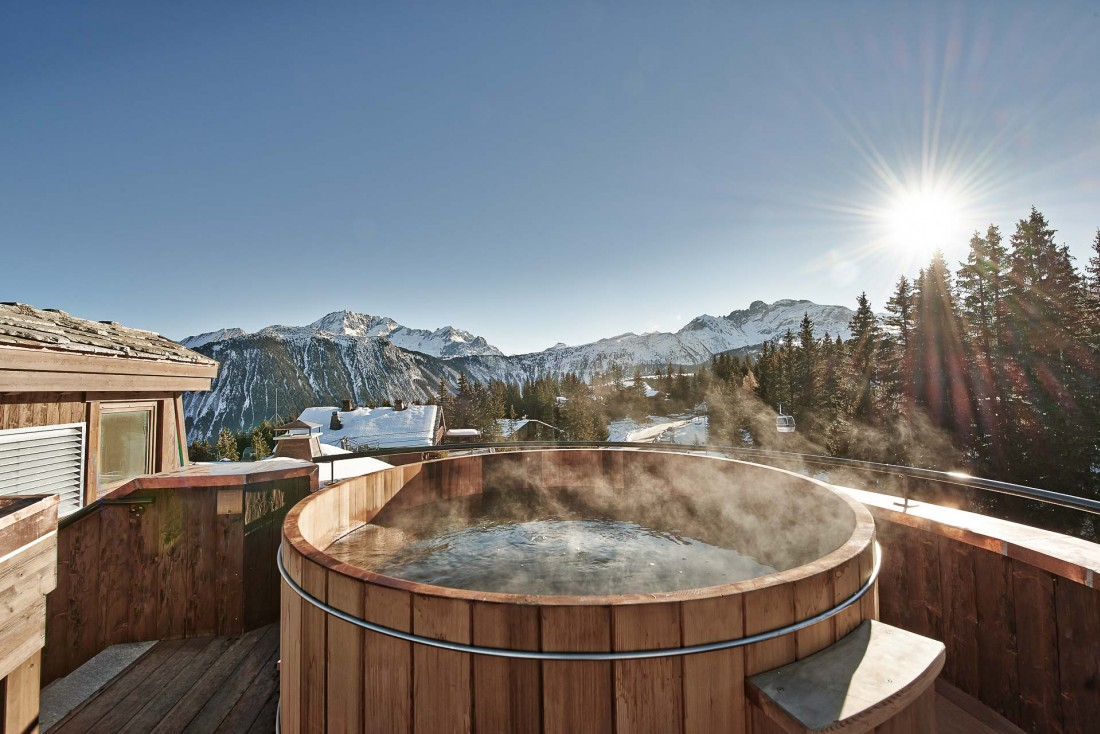 Le Penthouse sur le toit dispose de son propre jacuzzi en bois, pour admirer au chaud le soleil se coucher derrière les sommets © DR