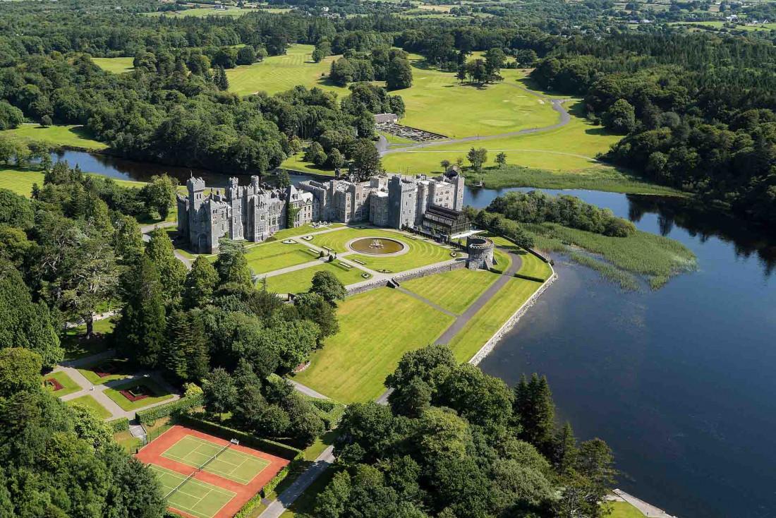 Ashford Castle au bord de Lough Corrib en Irlande © Aervisions