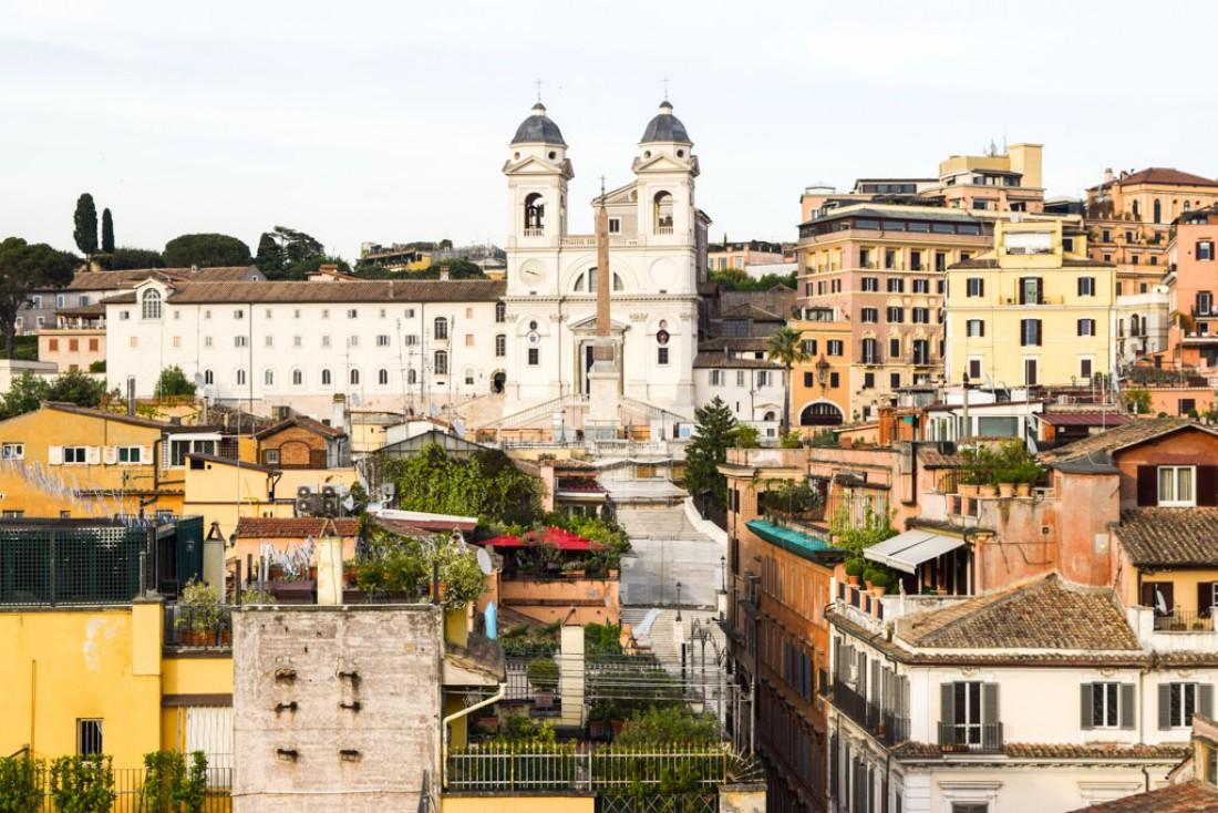 Vue sur l'église de la de la Trinité-des-Monts depuis la terrasse de l'hôtel Portrait Roma © Yonder.fr