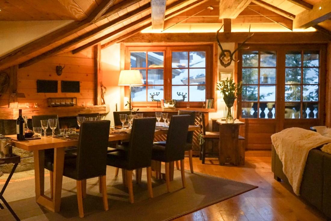 Le salon chaleureux du Chalet Namaste, le second chalet géré par Consensio à Courchevel © YONDER.fr