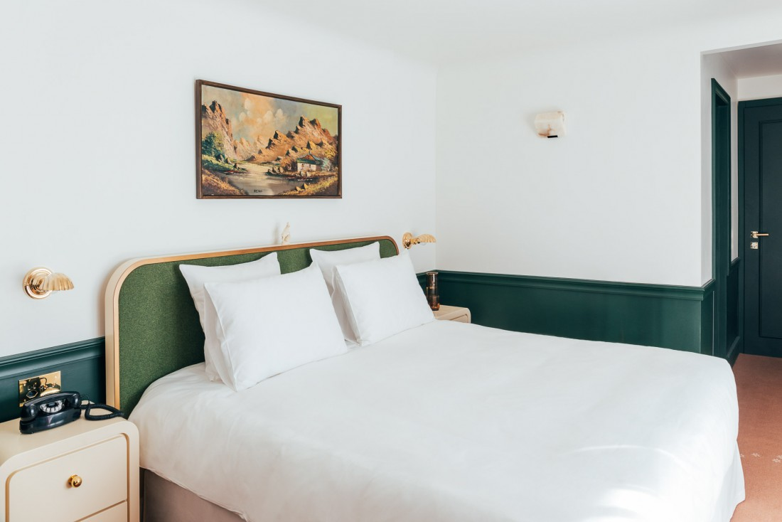 Décor minimaliste mâtinées de touches vintage et d'influences Art déco dans les chambres © Romain Laprade