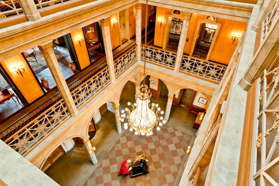 L'imposant atrium et ses lustres immenses © Les Trois Rois