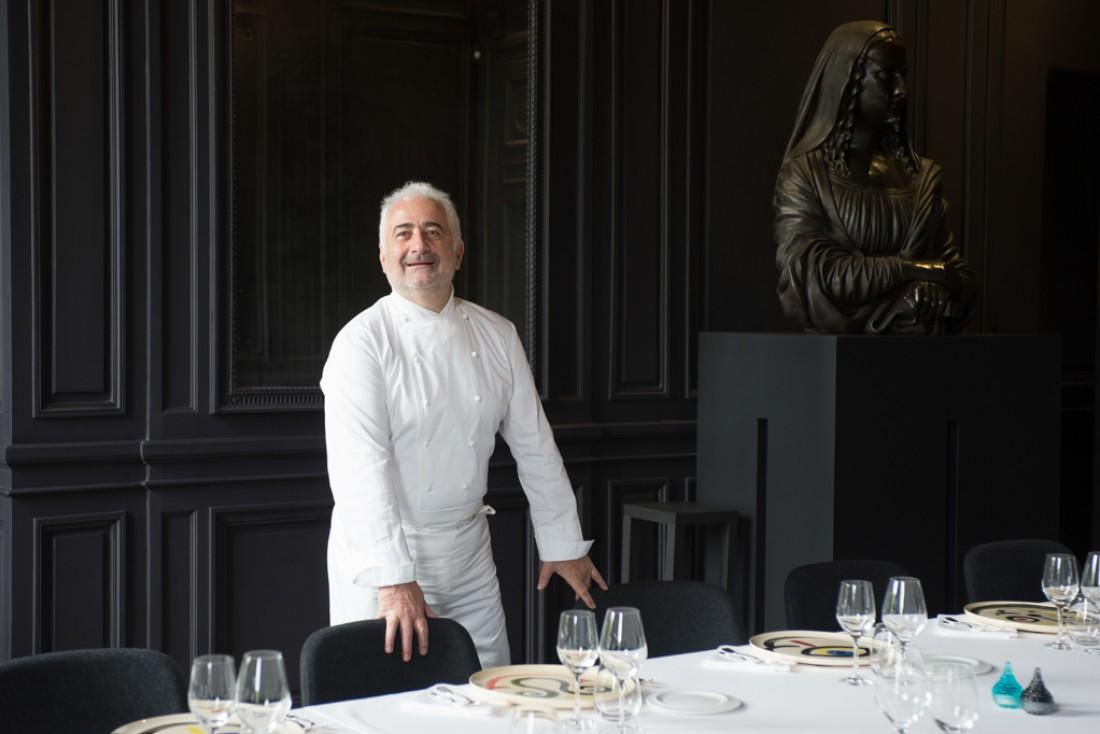 Guy Savoy dans le salon Belles Bacchantes de son nouveau restaurant à La Monnaie de Paris © Laurence MOUTON