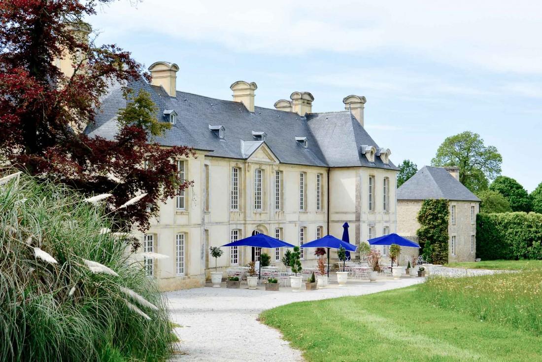 Côté parc, une terrasse attend les hôtes du Château d'Audrieu © Emmanuel Laveran