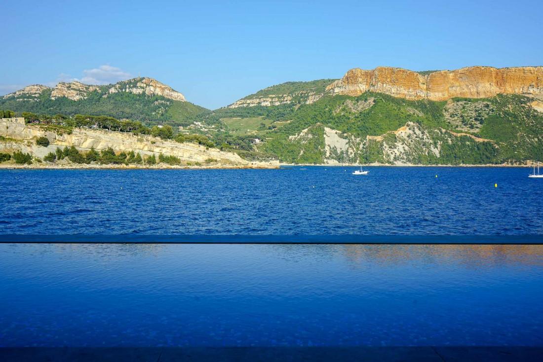 Bleu sur bleu : l'eau de la splendide piscine à débordement se confond avec celle de la mer © YONDER.fr