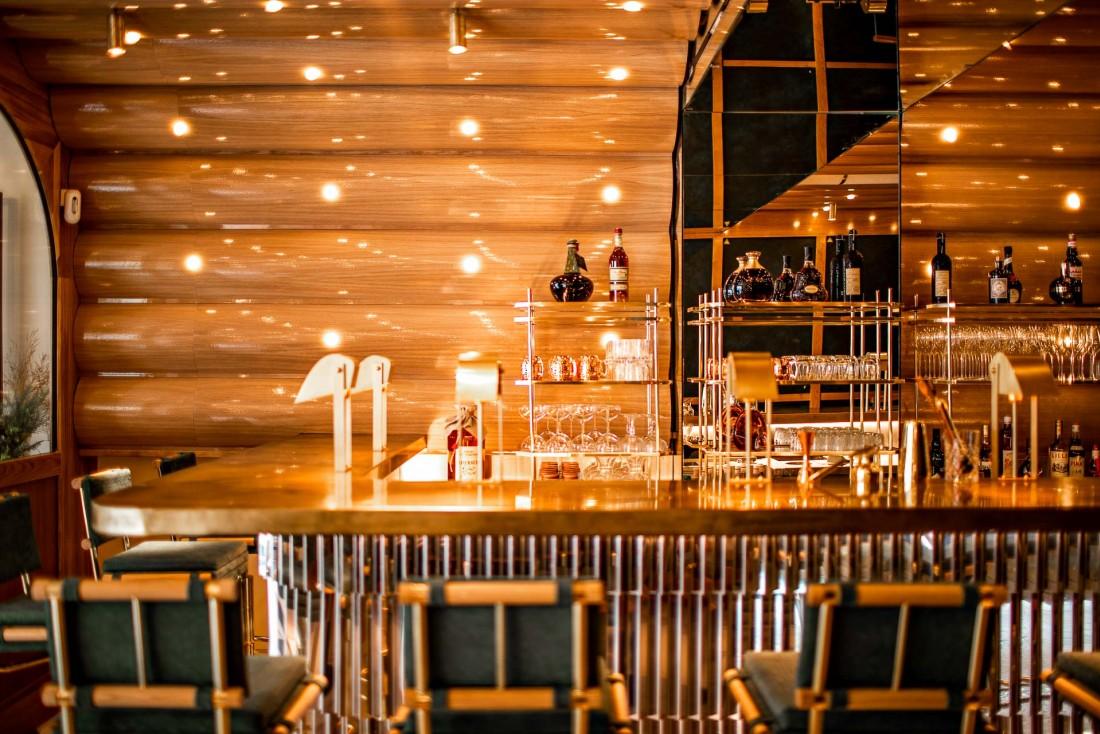 Au rez-de-chaussée de La Scène de Stéphanie Le Quellec, un bar où siroter des cocktails le soir venu © Benoit Linero