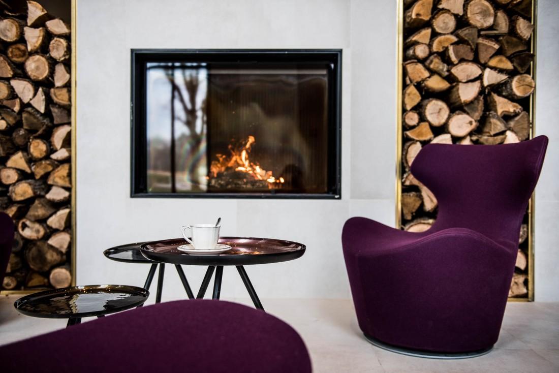Décor contemporain et cheminée à la réception © Anne-Emmanuelle THION